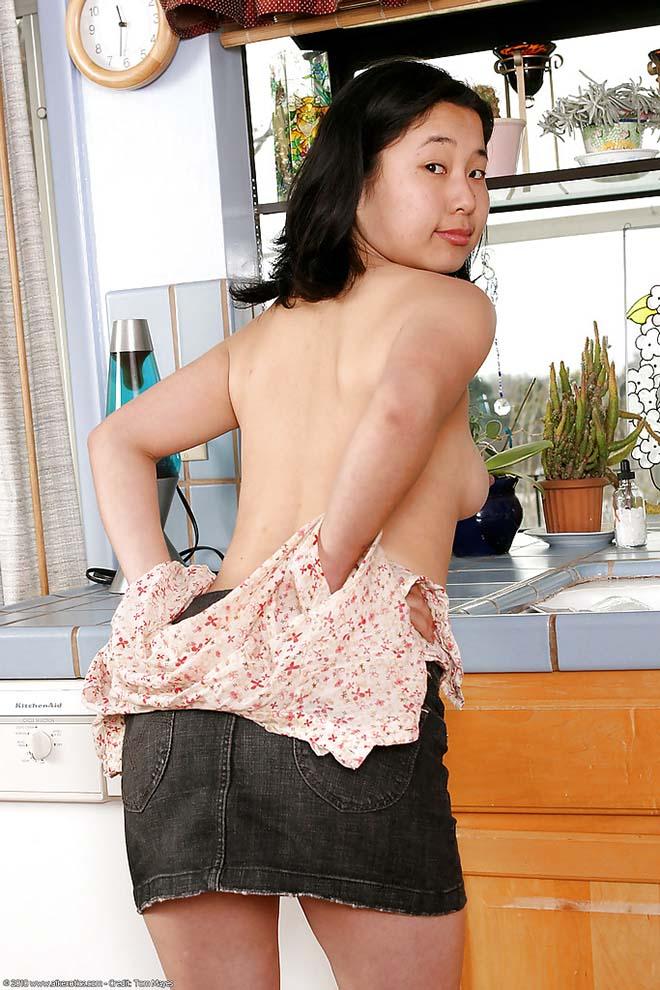 Morena novinha de mini saia 4