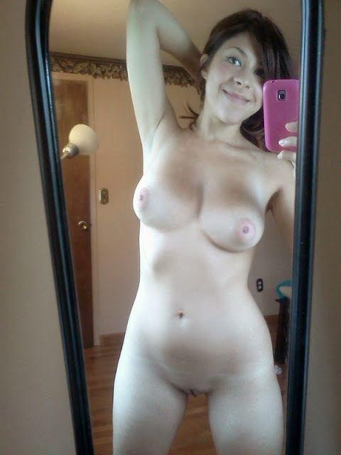 Novinha Amadora Tirando Fotos no Espelho Nua