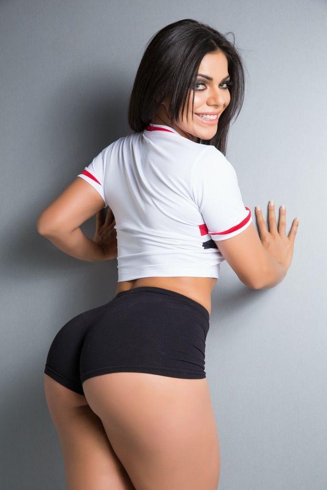 morena-rabuda-shortinho