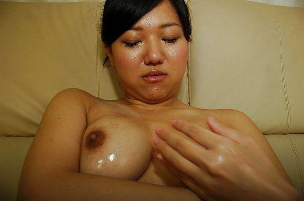 Japonesa peituda da buceta cabeluda trepando