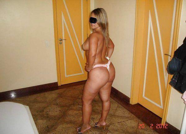 Brasileira rabuda no motel pagando boquete