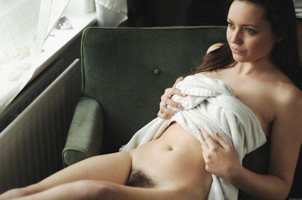 Minha namorada de toalha sem calcinha no sofá