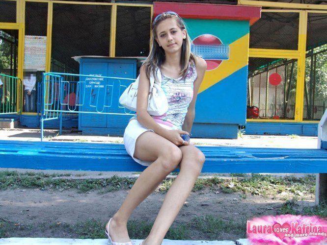 Laura, magrinha gostosa de saia curta sem calcinha tirando fotos