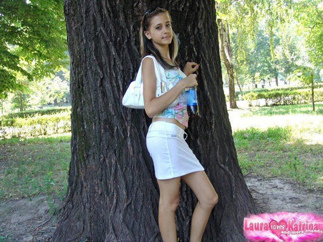 teenie-posing-in-the-park-11