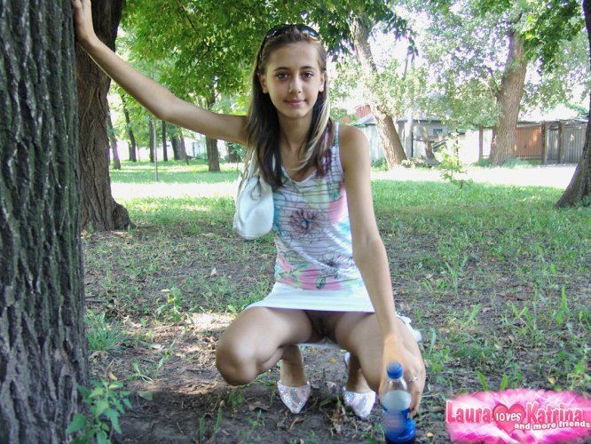 teenie-posing-in-the-park-13