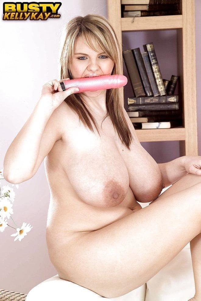Foto 12 Novinha rabuda masturbando com vibrador