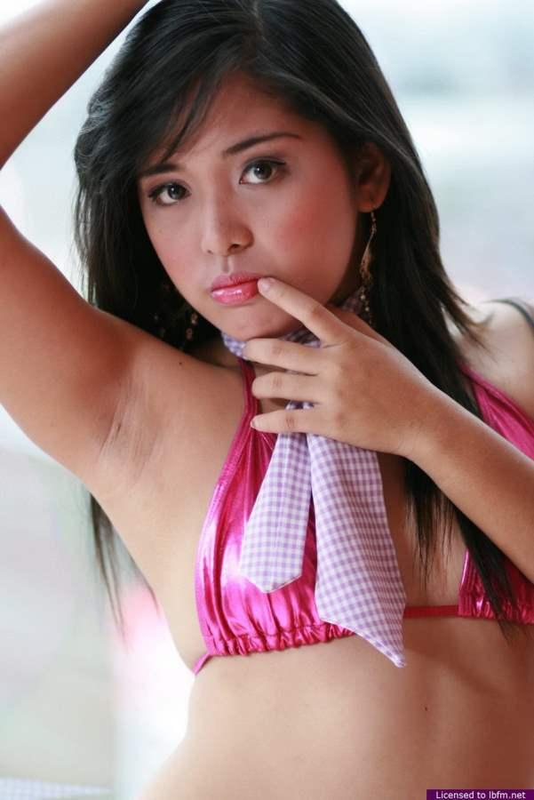 Novinha Asiática pelada mostrando a buceta