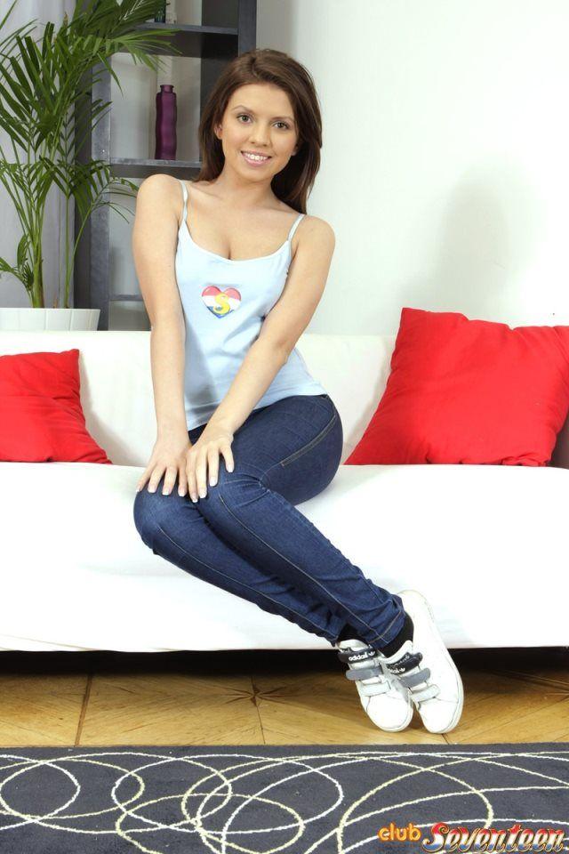 Samantha, novinha da buceta grande tirando a calça jeans