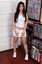 Valerie Kay morena rabuda tirando a roupa e mostrando a buceta