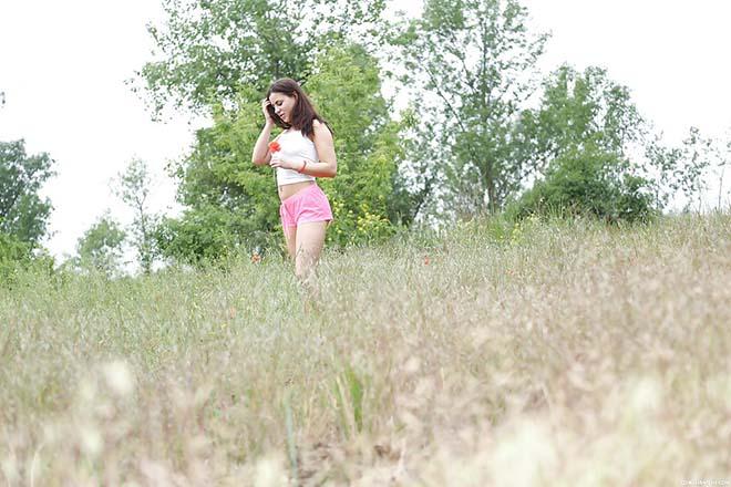 Nikki Waine adolescente linda tirando fotos nua
