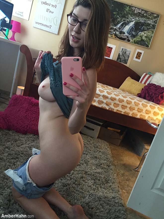 Novinha gostosa tirando fotos caseira pelada