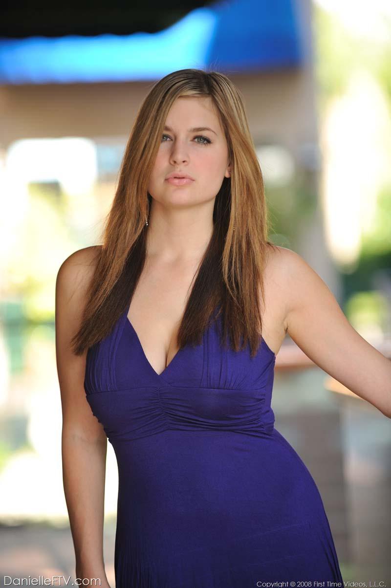 Foto 1 Ensaio da loira gostosa, Danielle FTV de vestido sem calcinha