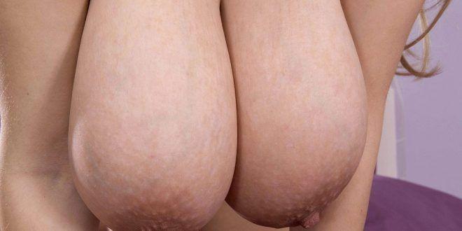 Gordinha gostosa com peitão enorme peladinha exibindo a buceta