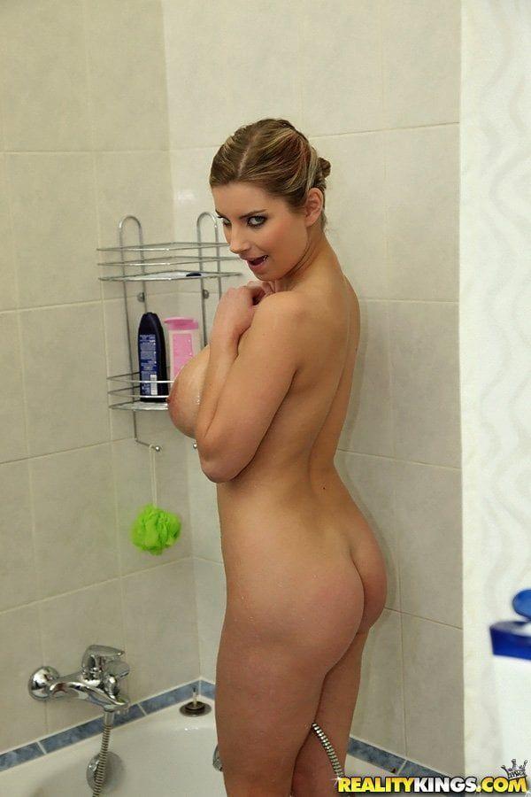 Loira gostosa com big tits nude no banheiro tomando banho