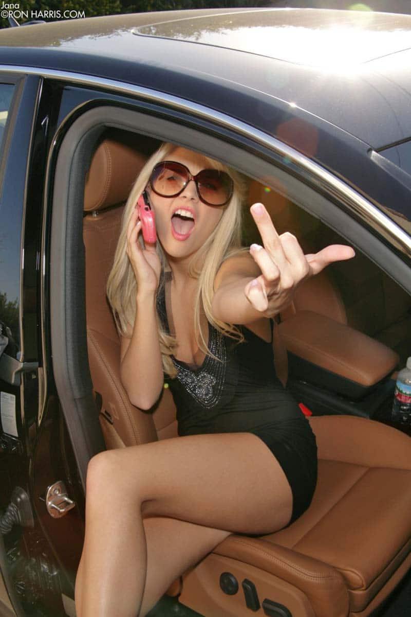 Foto de mulher pelada sem calcinha saindo do carro 08