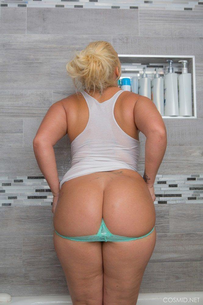Tirando a calcinha no banheiro e mostrando a buceta gostosa 4