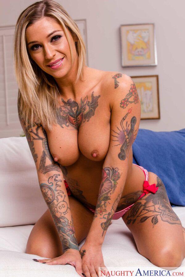 Linda loirinha tatuada ficando pelada