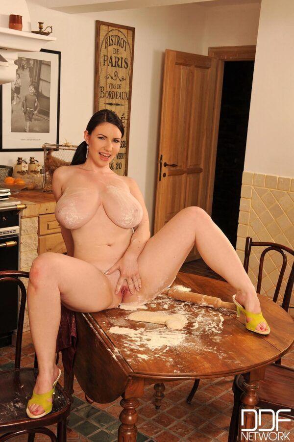 Cozinha gostosa bem peituda ficando nua acabou caindo na net