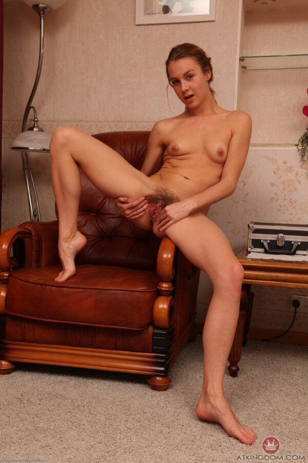 Linda putinha ninfeta mostrando sua xota peluda e batendo siririca