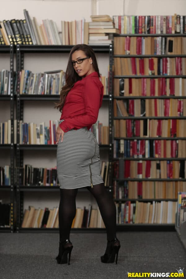 Morena bem gostosa tirando fotos sensuais na biblioteca caiu na net