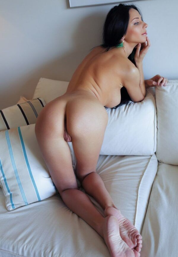 Mulher magra pelada nua exibindo a buceta carnuda