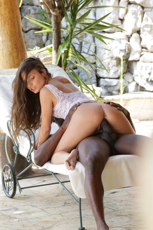 Novinha bonita dando seu rabo apertado para negão dotado