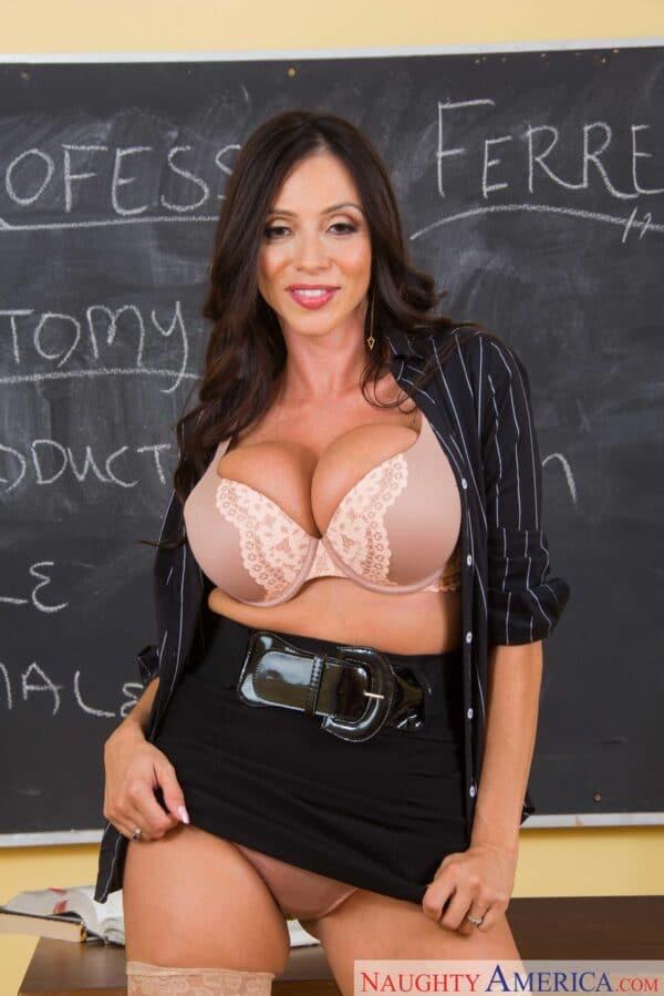 Professora peituda muito gostosa mostrando seu tabaco grande