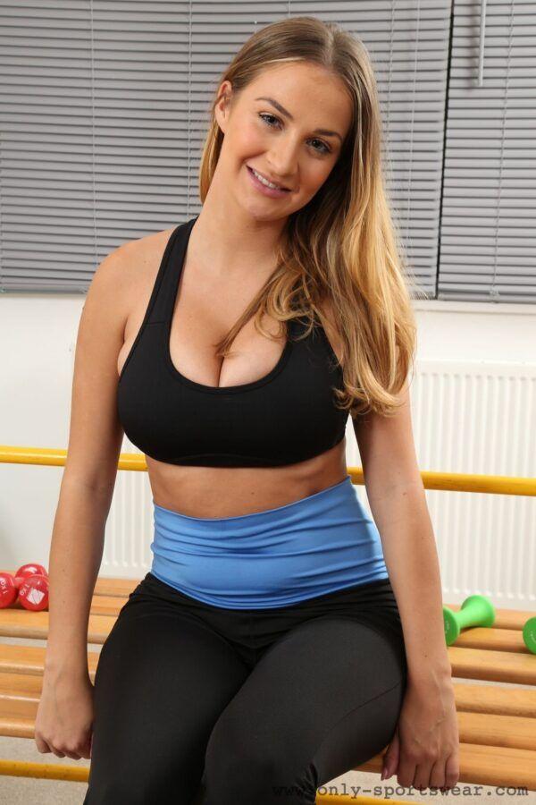 Putinha peituda bem gostosa tirando fotos de putaria na aula de pilates