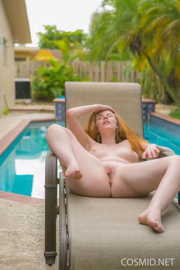 Ruiva novinha da buceta inchada tirando fotos na piscina