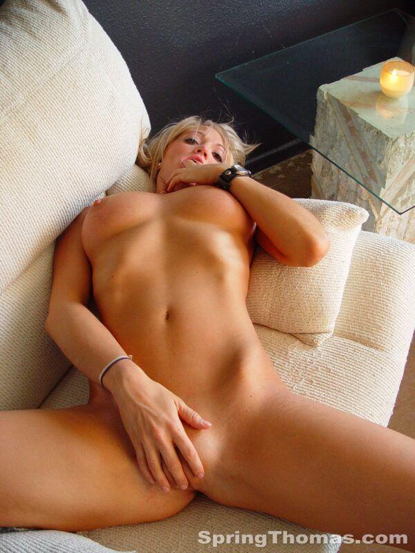 Amadora loirinha se exibindo pelada no sofá