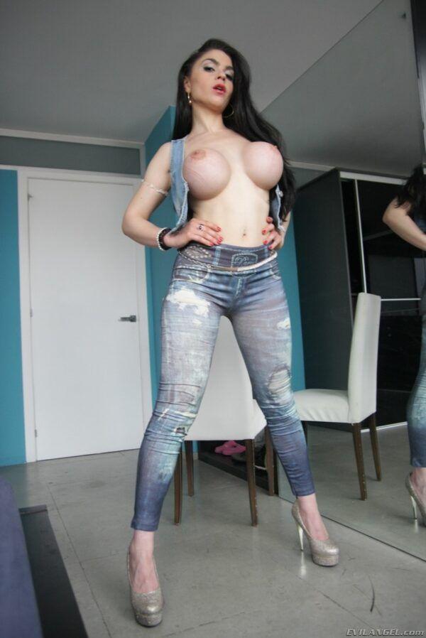 Morena linda puta bucetuda mostrando seu corpo gostoso