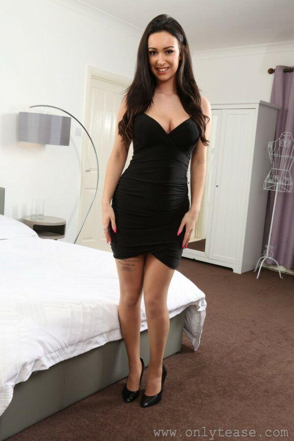 Moreninha gostosinha tirando o vestidinho sexy