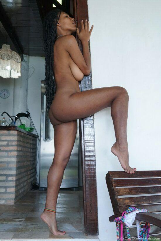 Negra nua mostrando a buceta super cabeluda