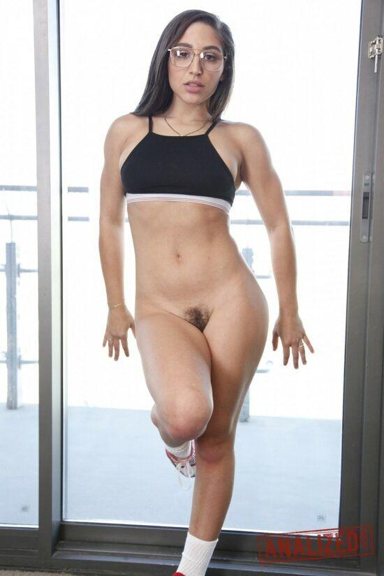 Novinha do corpo sarado pelada na academia