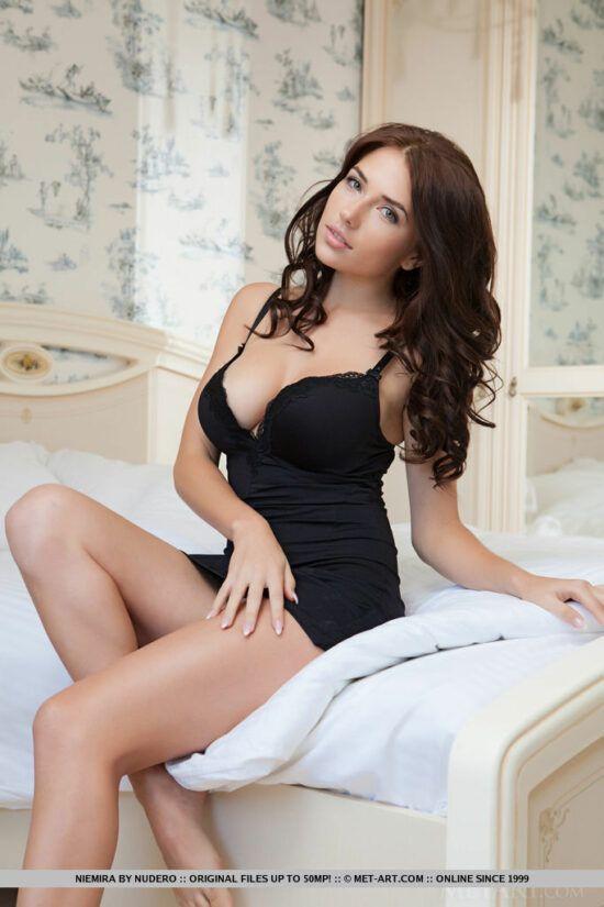 Ruivinha de camisolinha sexy exibindo a buceta apertadinha