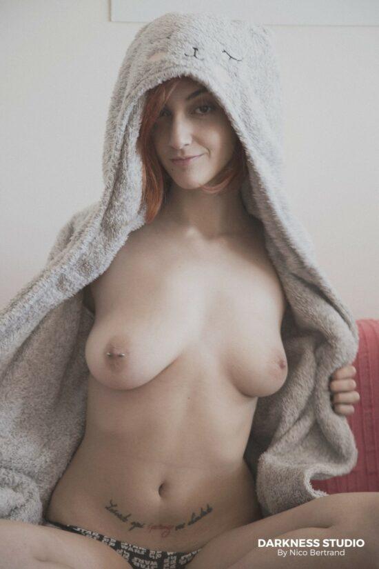 Amadora novinha mostrando os peitos grandes e a bucetinha
