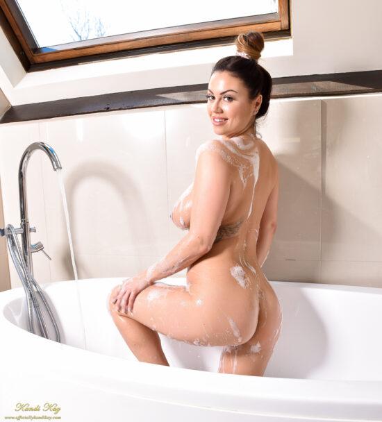 Cavala dos peitos grandes tomando banho