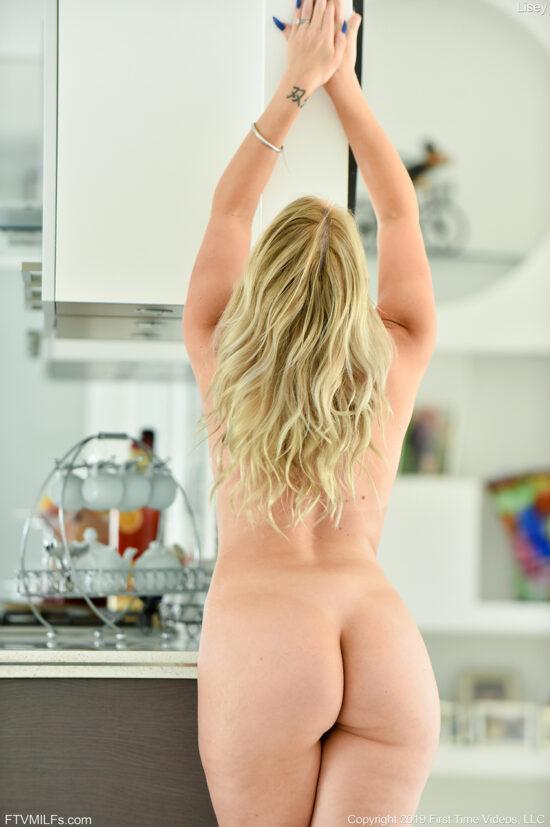 Loira gostosa se exibindo pelada