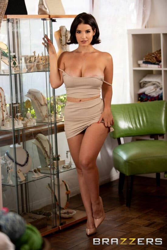 Morena nua exibindo seu corpo perfeito