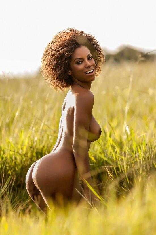 Negra gostosa pelada ao ar livre