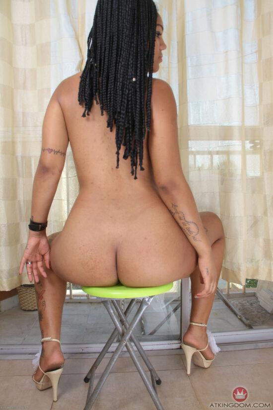 Negra peituda nua mostrando a buceta raspadinha