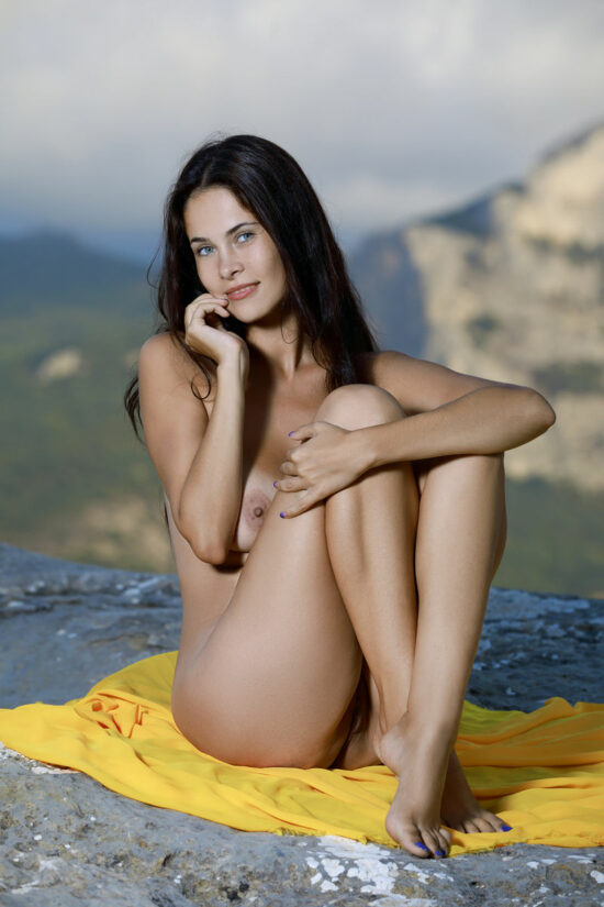 Novinha de cabelos pretos nua ao ar livre