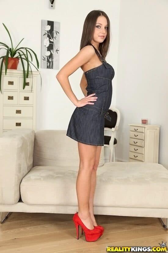 Novinha magrinha gostosa tirando a lingerie