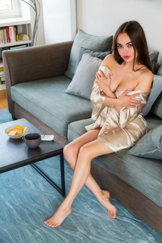 Asiática nua mostrando a buceta carnuda