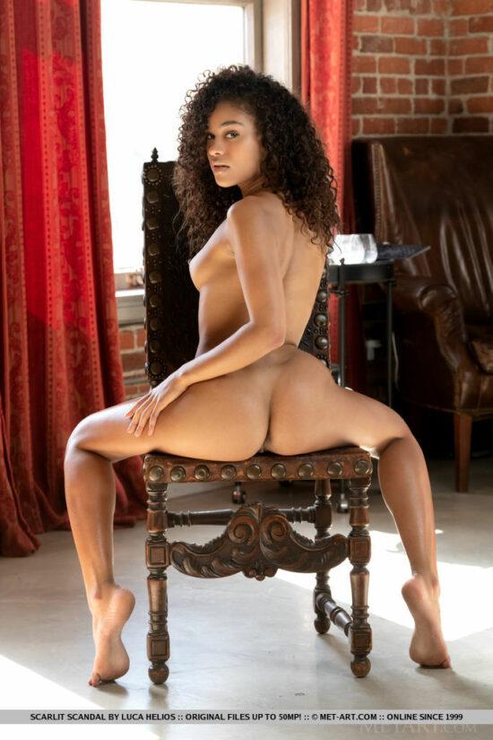 Linda Negra Pelada Mostrando o Bigodinho na Buceta