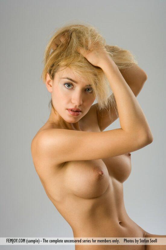 Loirinha dos peitos durinhos nua