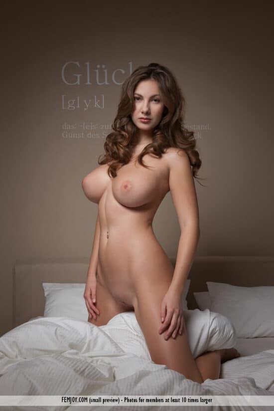 Ninfeta dos peitos grandes pelada na cama