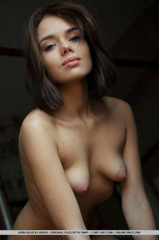 Novinha da Xoxota Peluda e Peitos Bicudos