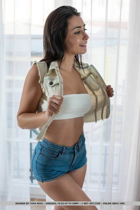 Novinha pelada mostrando a buceta greluda em fotos grátis