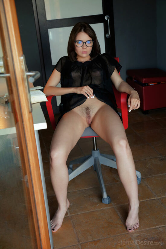 Secretaria da bucetinha peluda se masturbando